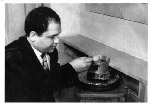 3_FOTO MANZONI con uovo 1 1960