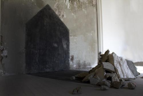 3_PT06_Scultura-e-installazioni_SARA-ALAVI_L'alba-di-una-casa-sparita-s
