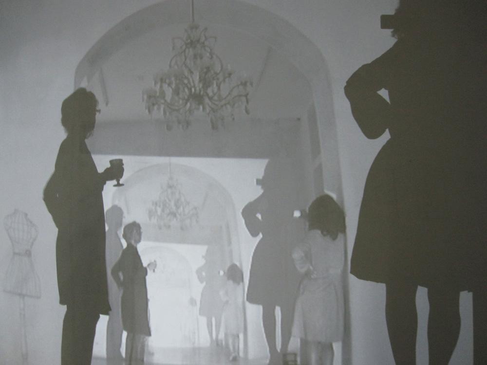 2010 Andrea Aquilanti, Le Stanze, Galleria Ciocca Arte Contemporanea(MI),  video-proiezione in diretta, disegno su muro, dimensioni ambientali.